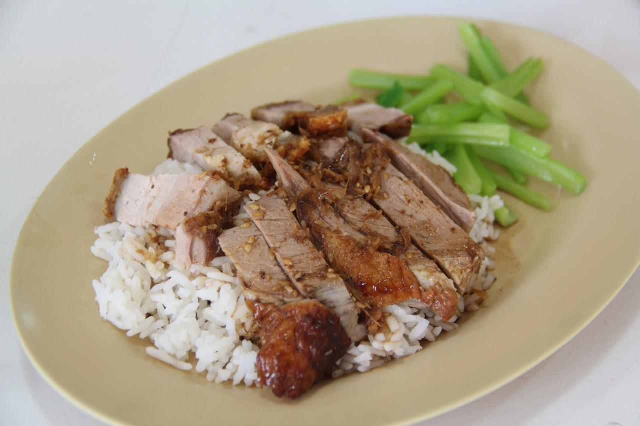 ホクホクのタイ米にアヒル肉と豚肉を乗せたカオナンペッムーヤーン