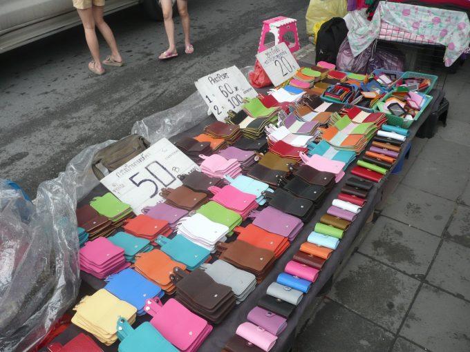 カラフルな財布が並ぶ