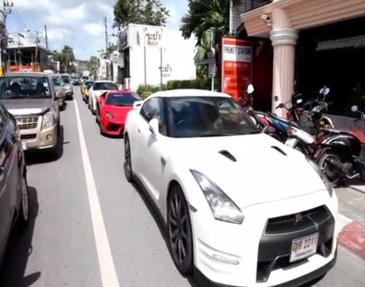 縦列駐車する高級スポーツカー