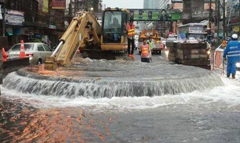 誤って破壊した水道管