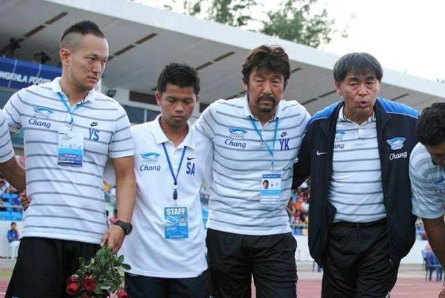 チームの円陣に加わる白木トレーナー(一番左)