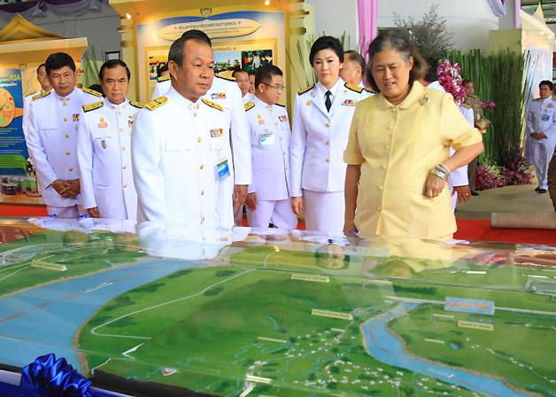 右がタイのシリントン王女。 後ろにはインラック首相の姿も。