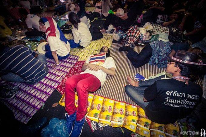 民主記念塔側で寝泊まりする人を真似た行為
