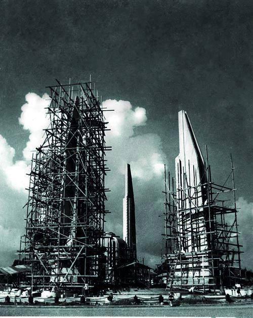 2483年の民主記念塔