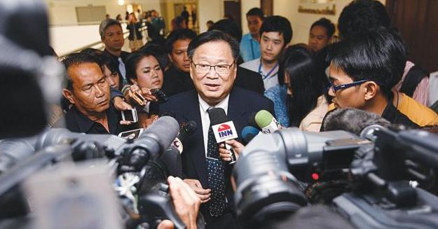 記者団に答える選挙管理委員会のソムチャイ氏
