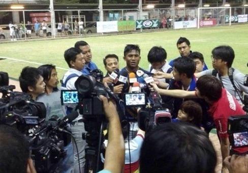 メディアに囲まれるサッカー選手・ブアカーオ