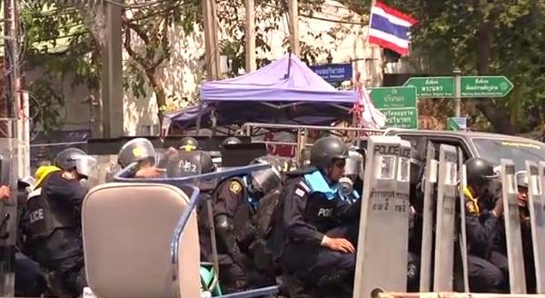 反政府デモと衝突する警官隊