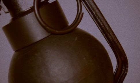 仲間をかばい手榴弾を蹴り返そうとした警官が重症
