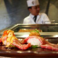 牛寿司越しの板前
