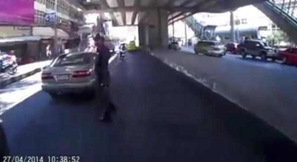 何もなかったようにフレームアウトする警官