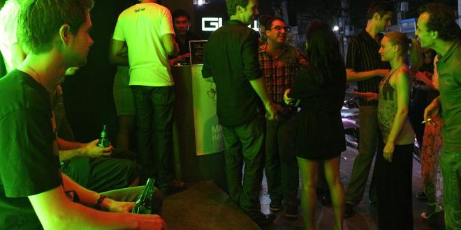 クラブの前に集まる外国人客