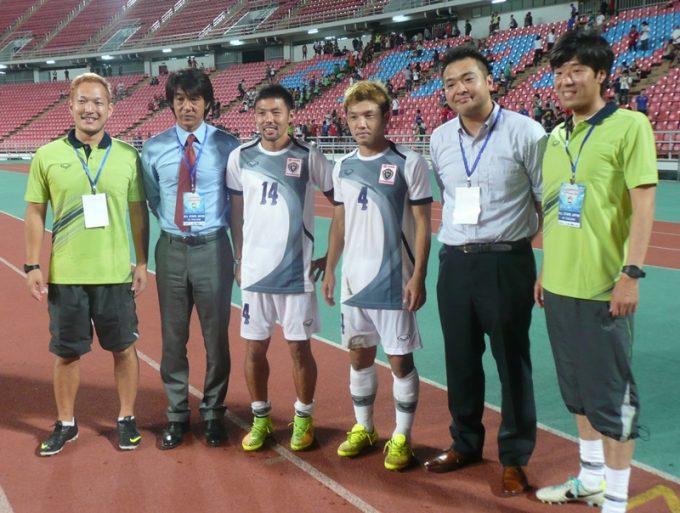 和田監督(左から2番目)ら、チョンブリーFCの選手・スタッフ