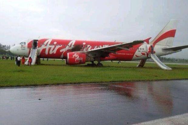 芝生に着陸したエア・アジアの機体