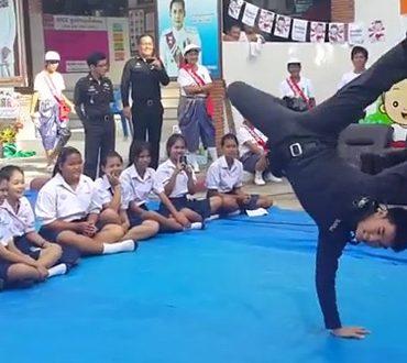 子供たちにブレイクダンスを披露する現役のタイ警察官