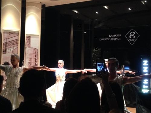 ダンサーが商品イメージに合わせて不思議な踊りを披露