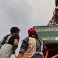 札幌のテレビ塔を見上げる2人