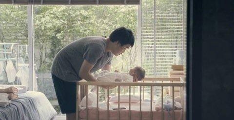 赤ちゃんを抱きかかえる夫
