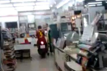 スクーターでコンビニに入店するタイの少年