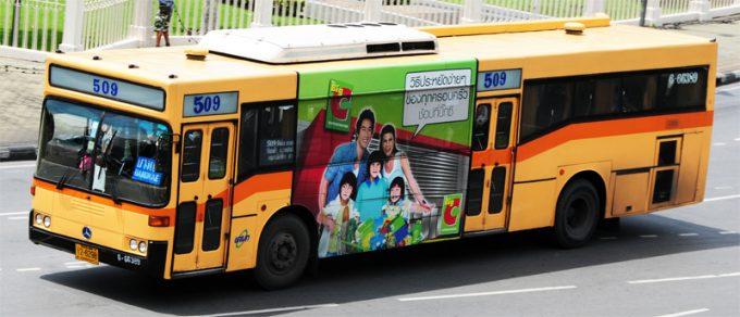 黄色とオレンジが特徴の公営バス
