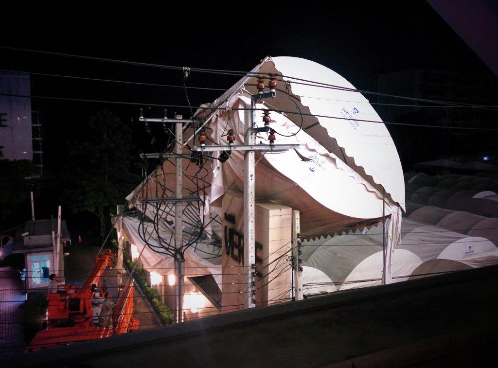 巨大テントが電柱に接触!