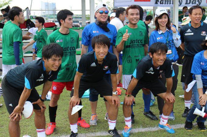 元日本代表の波戸康広氏(前列中央)らによるサッカー教室