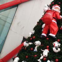 バンコク郊外でスヌーピーが群がるクリスマスツリー発見