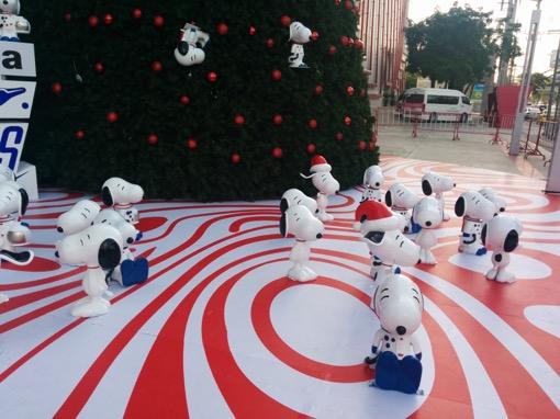 クリスマスツリーの側に集まるスヌーピー