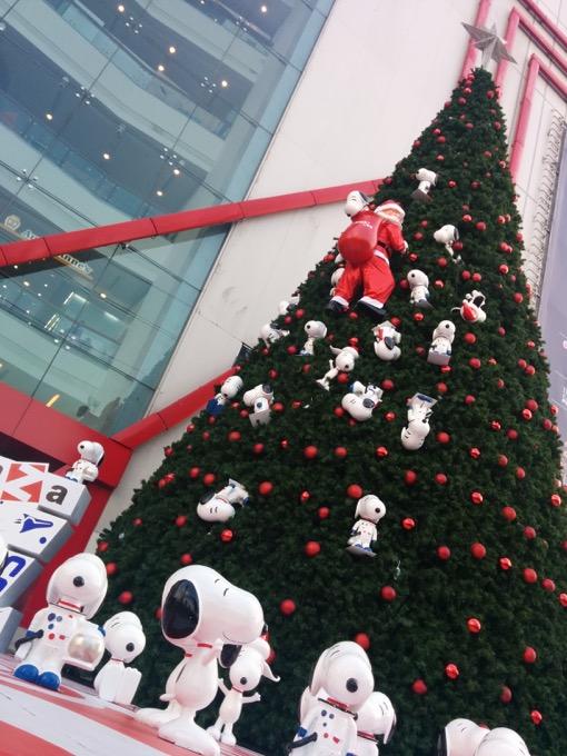 巨大クリスマスツリーに群がるスヌーピー