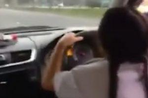 車で学校に通う小学生