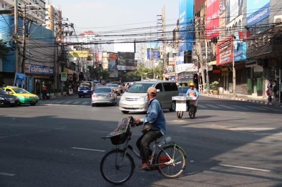 車もバイクも自転車も走るバンコクの一般道