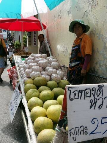 裏路地の果物屋