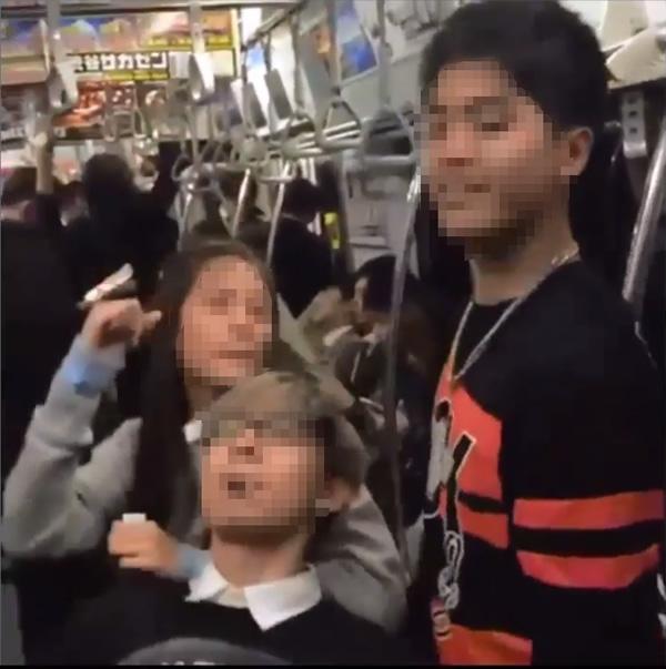 東京の地下鉄ではしゃぐタイ人俳優と仲間たち