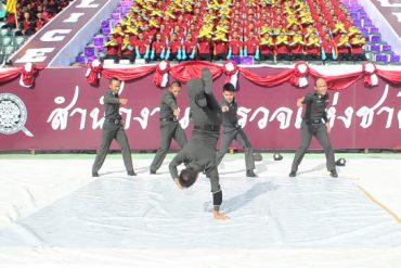 ブレイクダンスを披露するタイ警察