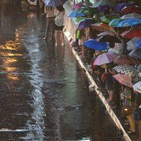 雨のバス待ち
