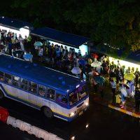 バスに乗り込む乗客