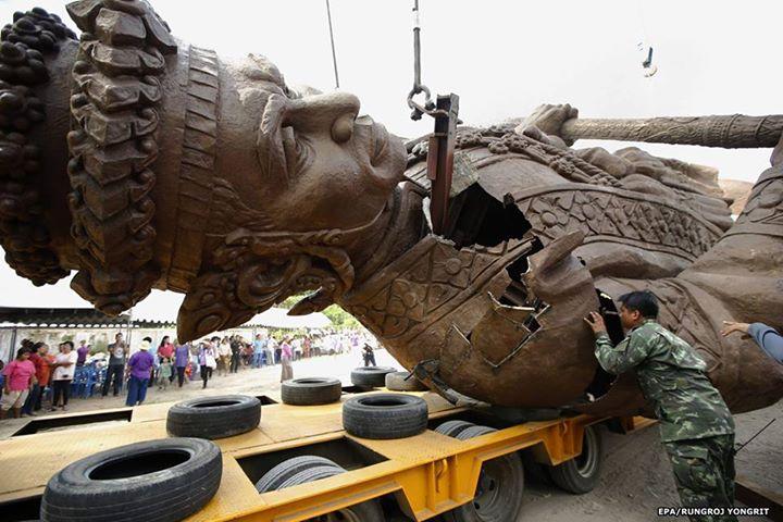 巨大像が搬送中に崩壊