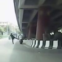 ノーヘル運転を許さないタイ警察