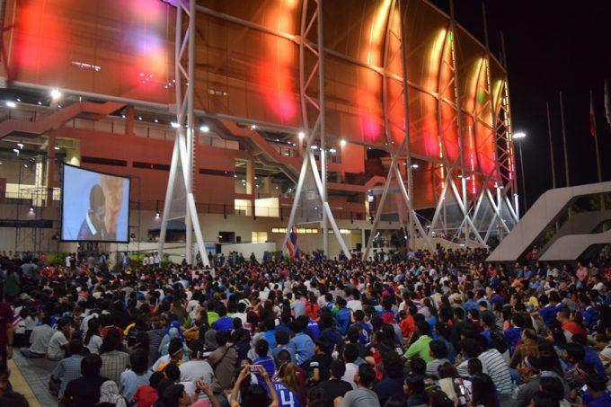 会場は超満員で場外にもファンが溢れた
