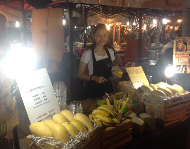 このお店の美女が作る、熟れた生マンゴーのスムージーは激ウマ!