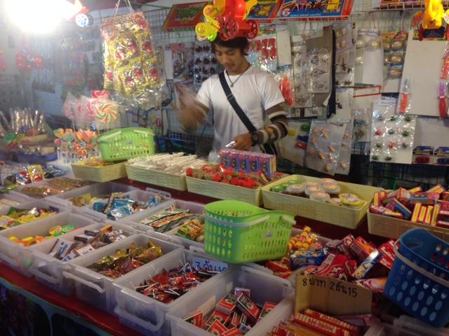 タイの駄菓子屋さん、見てるだけでも楽しい!