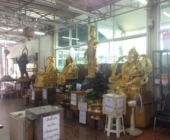 エカマイ駅前の寺院の仏像群