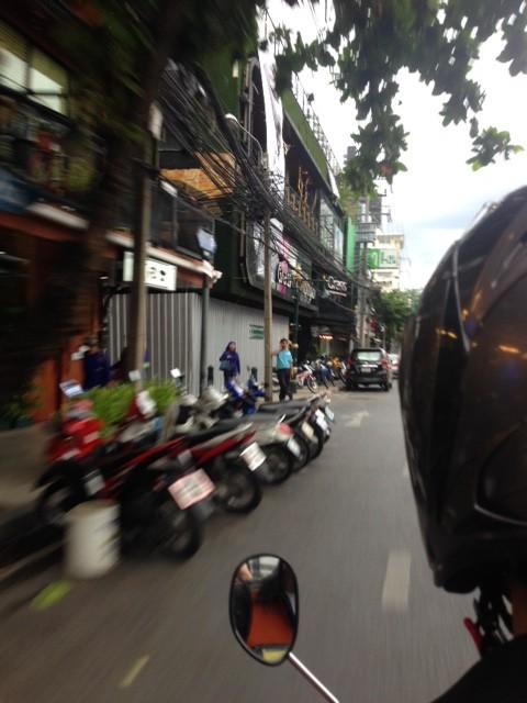 スピード感満点のバイクタクシー