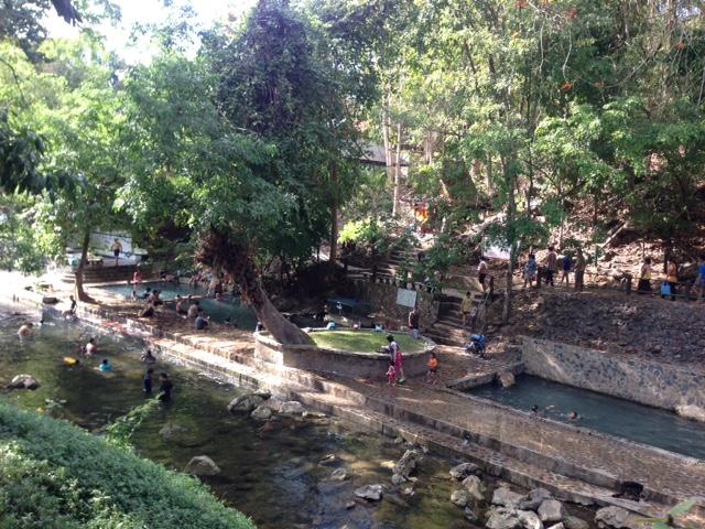 橋の上から見る、ヒンダート温泉