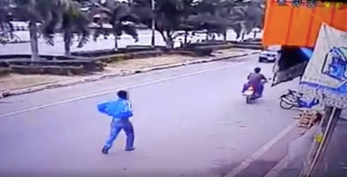 青のジャージを着た犯人が、青のスクーターに近づきます・・・