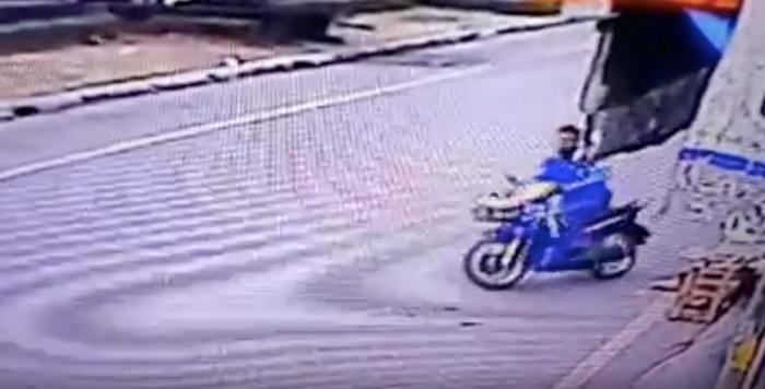 いきなりバイクに跨り、急発進を試みる犯人・・・