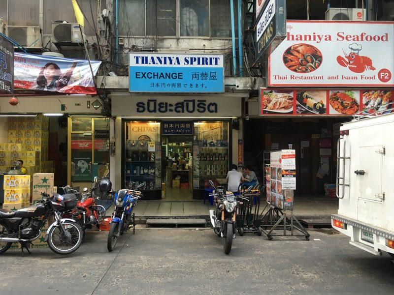 店の入口(水色の看板が目印)