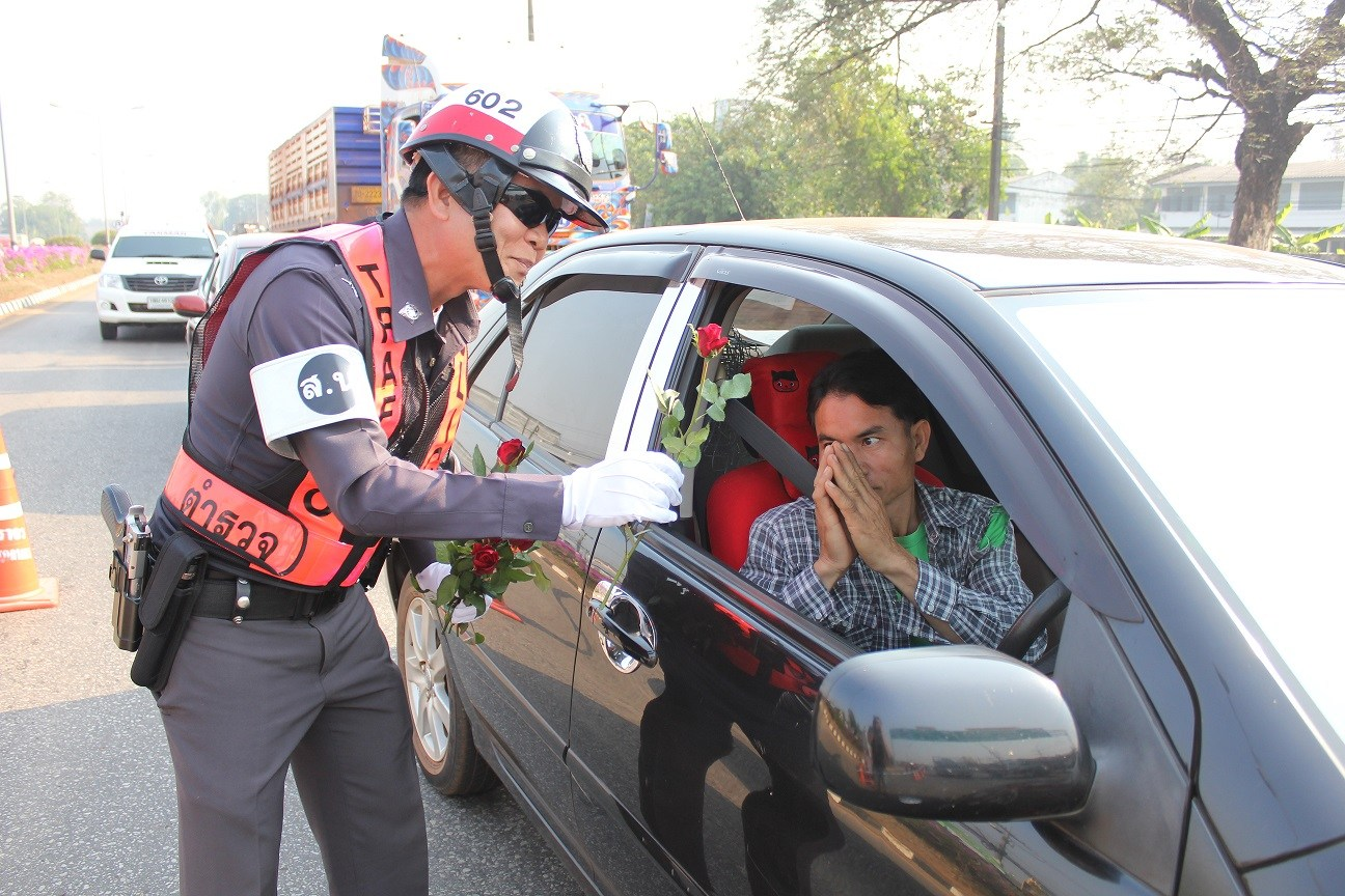police-gives-rose1
