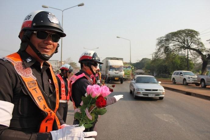タイ警察とバラ