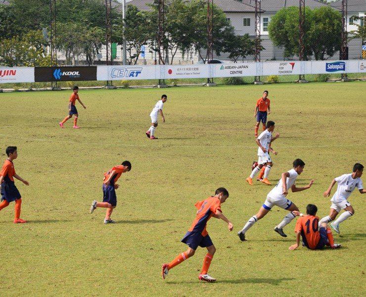 ウドンタニでサッカークリニック