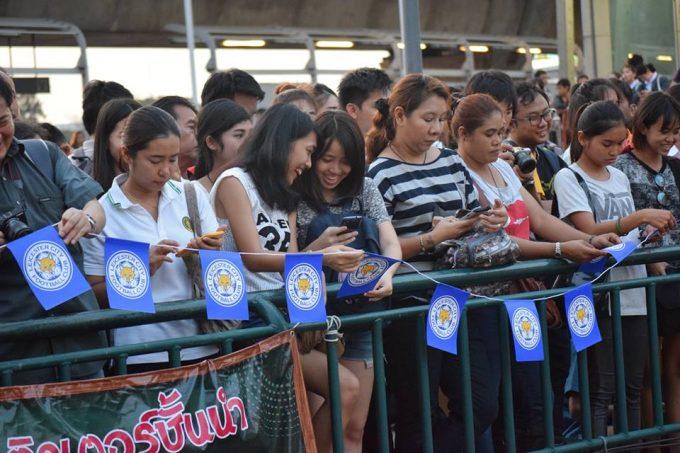 優勝パレードには多くのタイのファンが詰めかけた